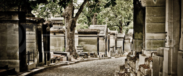 Paris Père Lachaise Cemetery – Around the Curve
